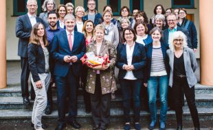 Große Besuchergruppe: NRW-Ministerin Sylvia Löhrmann informierte sich im Kommunalen Integrationszentrum Kreis Unna und brachte weitere Gäste mit. Foto: D. Treu – Kreis Unna