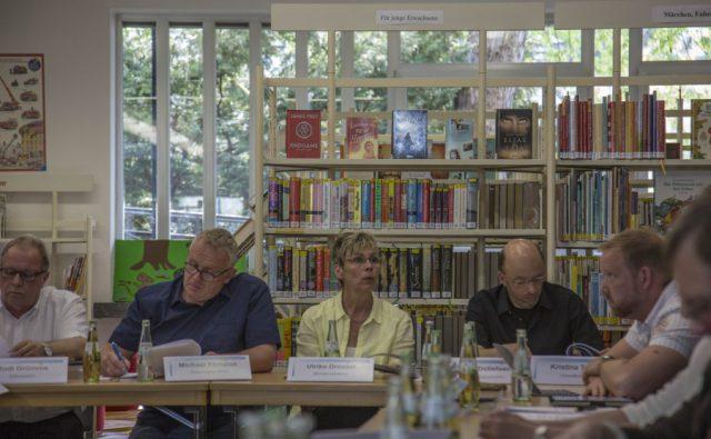 Der Ausschuss für Schue, Sport, Kultur und Städtepartnerschaften tagte heute in der Bücherei. Navch längerer Diskussion empfahl der Ausschuss mit knapper Mehrheit erhebliche Investitionen in ein zukunftsträchtiges Konzept und die Einrichtung eigenständig weiterzuführen.  (Foto: Peter Gräber)