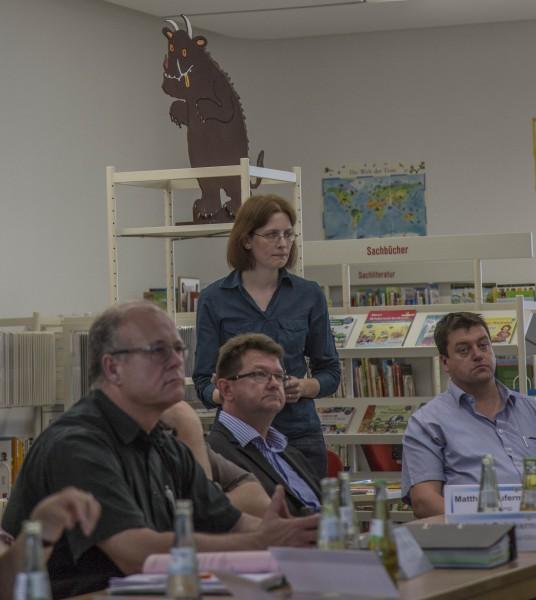 Auch um ihre Zukunft ging es: Büchereileiterin Kristina Truß (stehend) stellte den Büchereibericht 2015 vor.(Foto: peter Gräber)