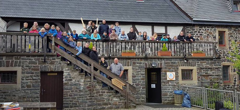 40 Kinder und Jugendliche dem ganzen Kreis Unna, darunter auch 14 Teilnehmer aus Holzwickede, nahmen an der traditionellen Pfingstfreizeit des Jugenrotkreuzes Holzwickede auf der Burg Altena teil. (Foto: privat)