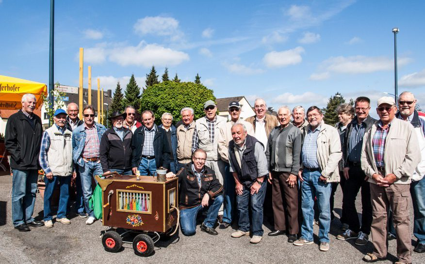 Am Donnerstag wandern sie wieder über den Haarstrang: die Sänger des MGV Eintracht Hengsen. (Foto: privat)