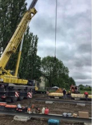 Mit diesem Schwerkastkran wurden heute die Vorarbeiten für die Modulbauten an der Bahnhofstraße durchgeführt. (Foto: Gemeinde Holzwickede)