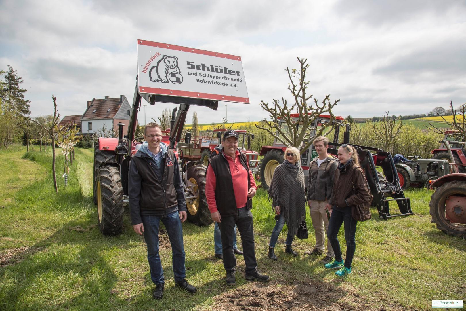Saisonauftakt für die Schlüter und Schlepperfreunde auf der Wiese Streuobstwiese ihres Vorsitzenden Manfred Bolle (2.v.l.). (Foto: Peter Gräber)