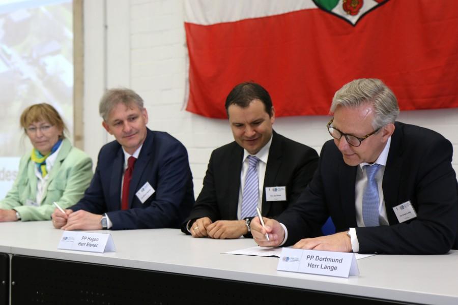 Die Behördenleiter der Behörden Soest, Unna, Hagen und Dortmund unterzeichnen den Kooperationsvertrag