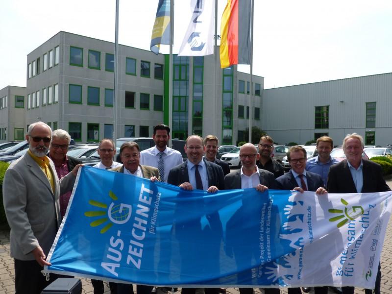 Die Firma Bulten hat es Anfang Juni vorgemacht, nun sucht Fachbereichsleiter Ludwig Holzbeck (l.) weitere Bewerber um die Klimaschutzflagge. Foto: M. Gluth – Kreis Unna