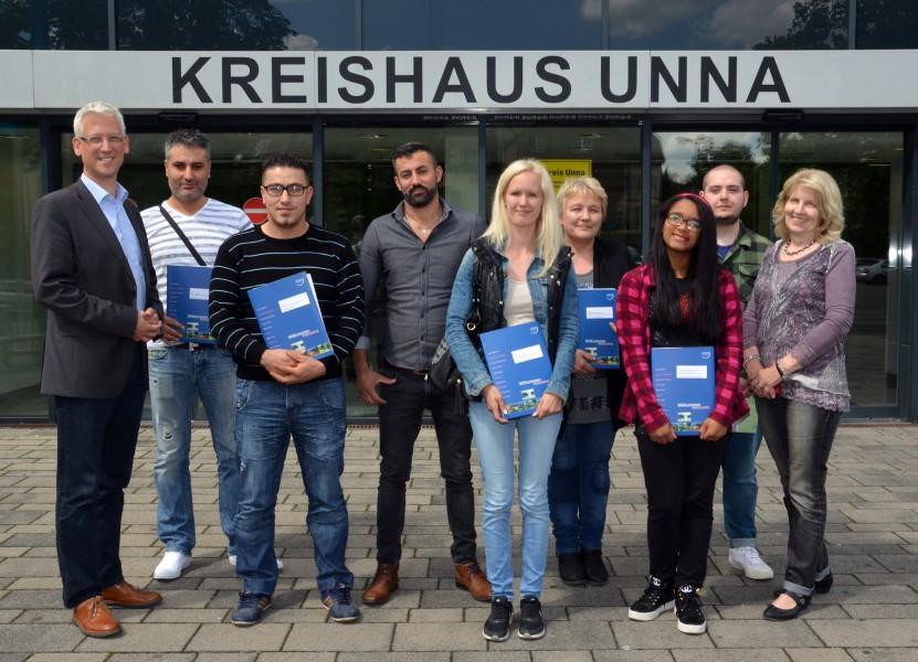 Dezernent Göpfert mit den deutschen Neubürgern. (Foto: B. Kalle – Kreis Unna)