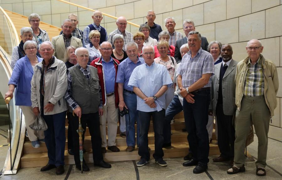 Mitglieder des Trägervereinbs der Begegnungsstätte Senioprentreff bei ihrem Besuich im Düsseldorfer Landtag mit dem SÜD-landtagsabgewordneten Hartmut Ganzke (M.). (Foto: privat)