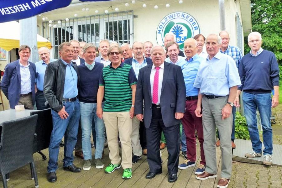 """Die Spieler und Verantwortlichen der Deutschen Amateurmeistermannschaft des HSV von 1976 trafen sich zum 40-Jährigen im """"Ballhaus"""" im Montanhydraulik-Stadion. In der ersten Reihe 3. von rechts der damalige Spielertrainer Dieter (""""Hoppi"""") Kurrat. Die Laudatoren waren der HSC-Ehrenvorsitzende Rolf Unnerstall (ganz links) und der Aufsichtsratsvorsitzende Jenz Rother (2. von links) (Foto: privat)"""