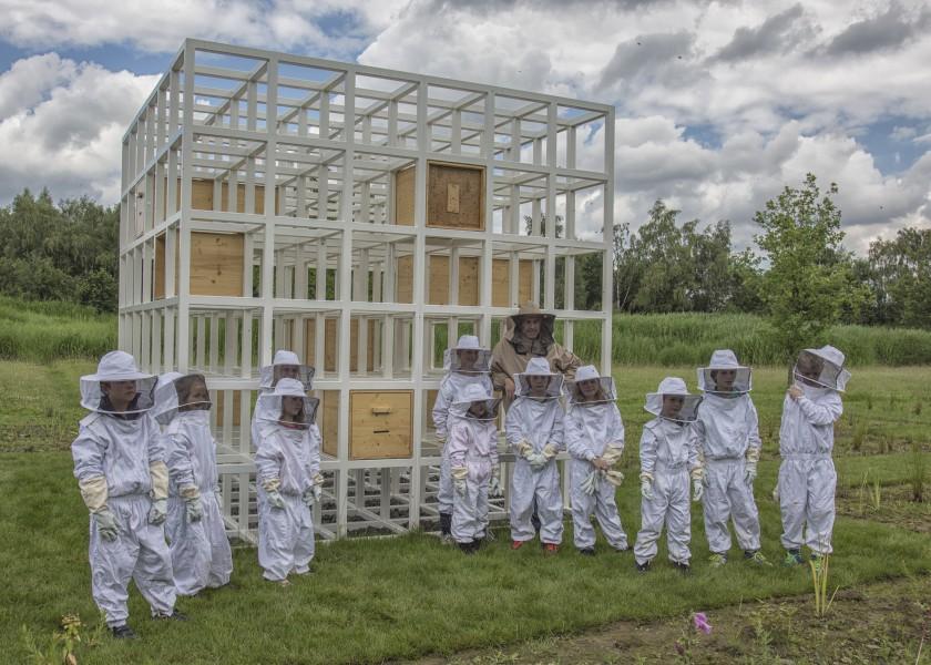 Magnus Krämer, Leiter der Paul-Gerhardt-Schule, bietet beim, Bienenfest Führungen und Workshops für Kinderr an: Magnus Krämer mit Kindern vor den Bienenhotels des schwedischen Künstlers (Foto: Peter Gräber)