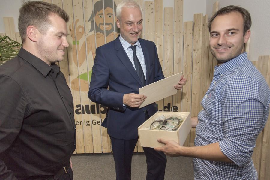 Da staunt der Minister und freut sich: Auch Garreklt Duin erhielt das obligatorische :Reisepaket von Daniel Krahn (l.) und Daniel Marx (r.): Flipflops und ein Energydrink. (Foto: Peter Gräber)