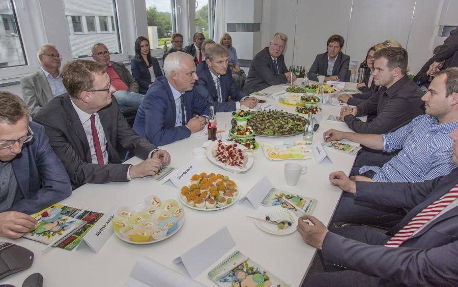 NRW-Wirtschaftsminister Garrelt Duin besucbhei seinem Besuch im Eco Port bei der Firma UNIQW GmbH.