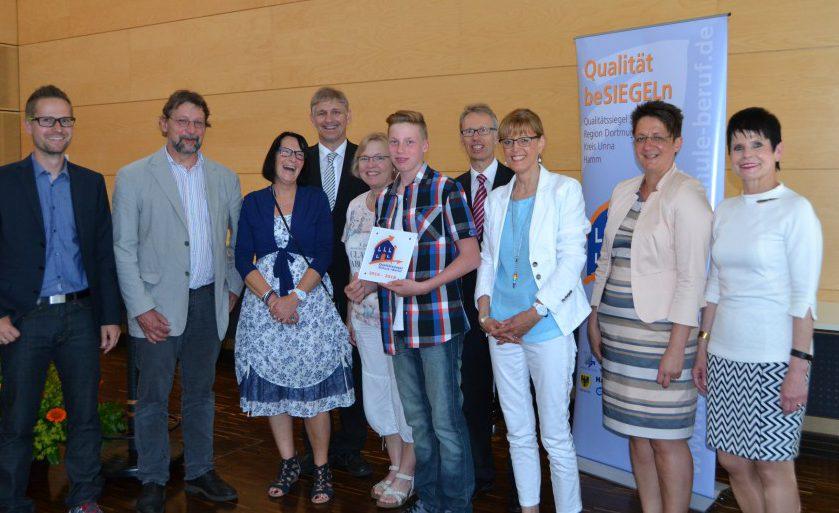 Vertreter der Josef-Reding-Schule nahmen das begehrte Siegel am Mittwoch im Kreishaus entgegen. (Foto: Ute Heinze)