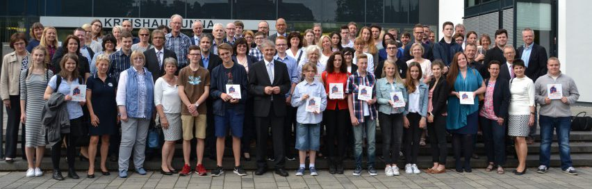 Nach der Siegelverleihung stellten sich die Vertreter der Schulen zum Gruppenbild vor dem Kreishaus Unna auf. Foto: WFG (Ute Heinze)