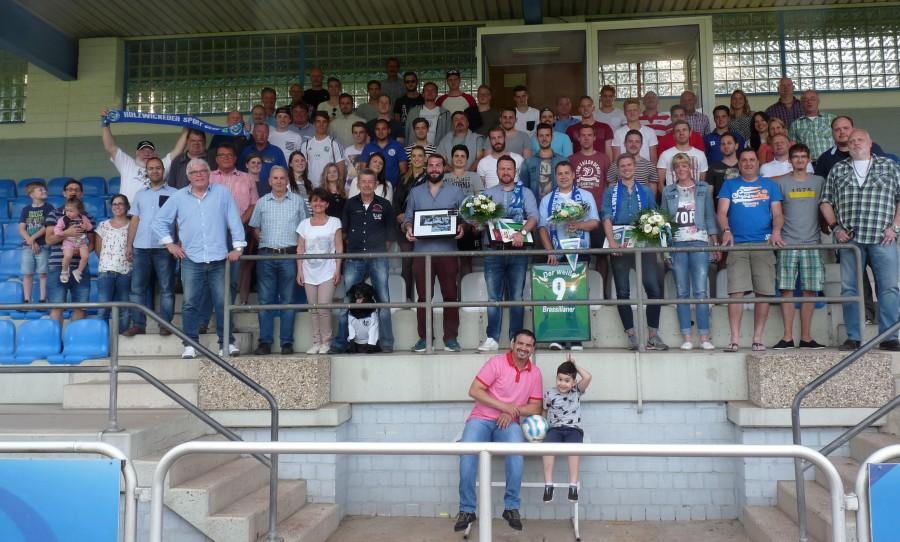Gruppenbild auf der Tribüne: Zum Abschluss der Saison feierten die HSC-Aktiven ein zünftiges Fest im Montanhydraulik-Stadion. (Foto: privat)