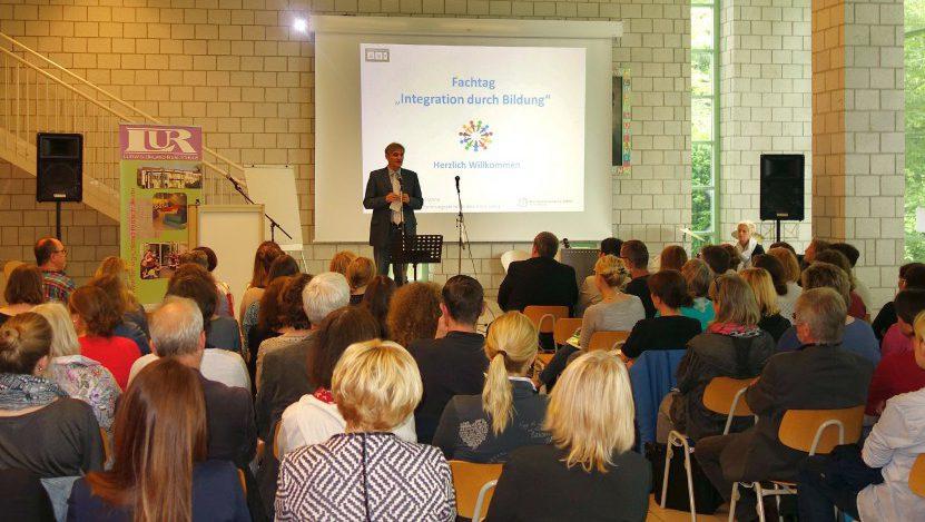 Landrat Makiolla begrüßte die zahlreichen Teilnehmer des Fachtags Integration durch Bildung. (Foto: A. Hunke – Kreis Unna)