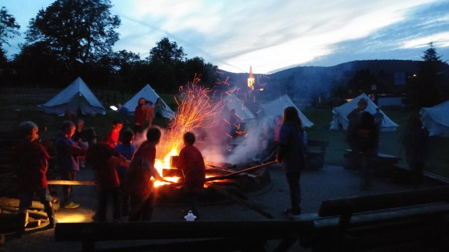 Das Lagerfeuer brannbte am ganbzen Wochenende udn war maximaler Anziehungspunkt für die Kinder -- natürlich unter Aufsicht der Betreuer. Foto: privat)