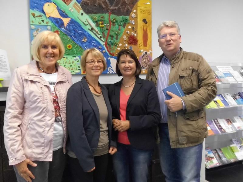 Sozialpolitikerin Chur (l.) und Landtagsabgeordneter Ganzke informierten sich bei KI-Leiterin Raupach (2.v.r.) und ihrer Stellvertreterin Nikbin über die KI-Arbeit. (Foto: Kreis Unna)