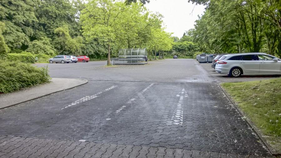 Der Verkehrsausschuss empfahl, alte und neue Hinweispfeile auf dem Parkplatz an der Kirchstraße abzumarkieren. (Foto: Peter Gräber)