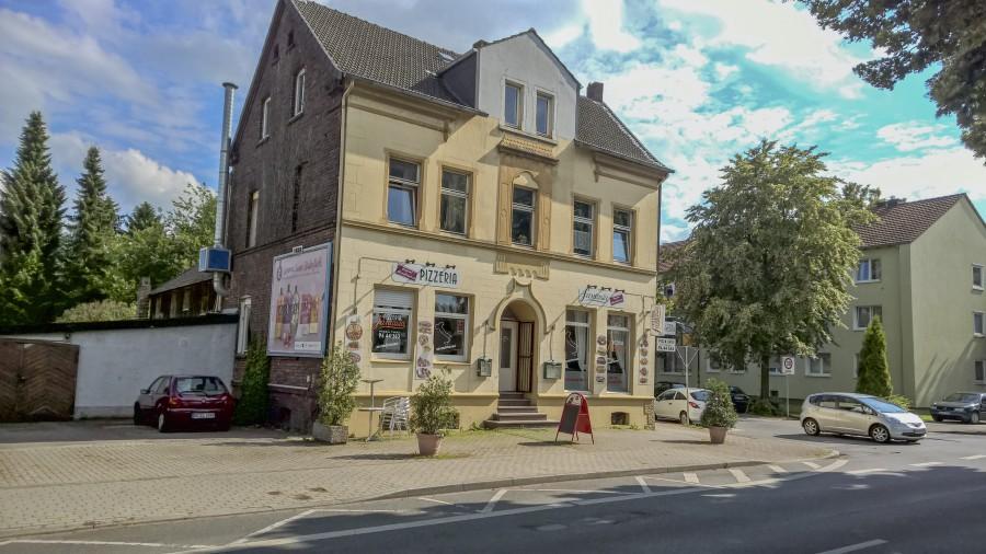 Wird abgerissen und durch einen Newubau mit 14 Wohneinheiten ersetzt: das Geböude Bahnhofstraße 21. (Foto: Peter Gräber)