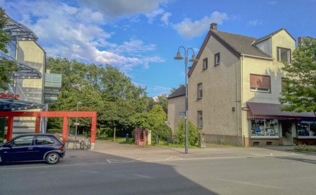 Das Grundstück Hauptstraße 31 soll bebauut werden, dafür wird das Geböude rechts abgerissen udn durch einWohn- und gecshlftshaus mit Tiuefgare ersetzt werden. (Foto: Peter Gräber)