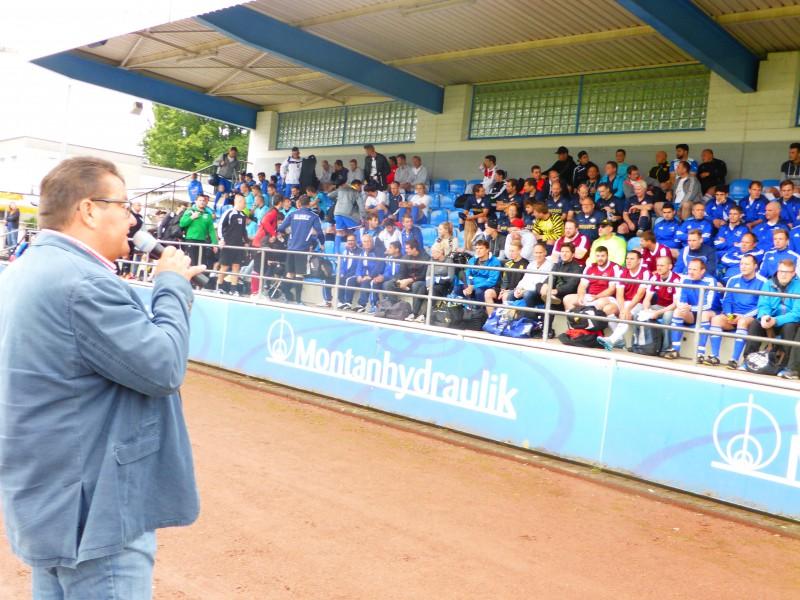 350 Fußballer wurden von HSC-Vorsitzendem Karl Lösbrock begrüßt. (Foto: M. Golek)