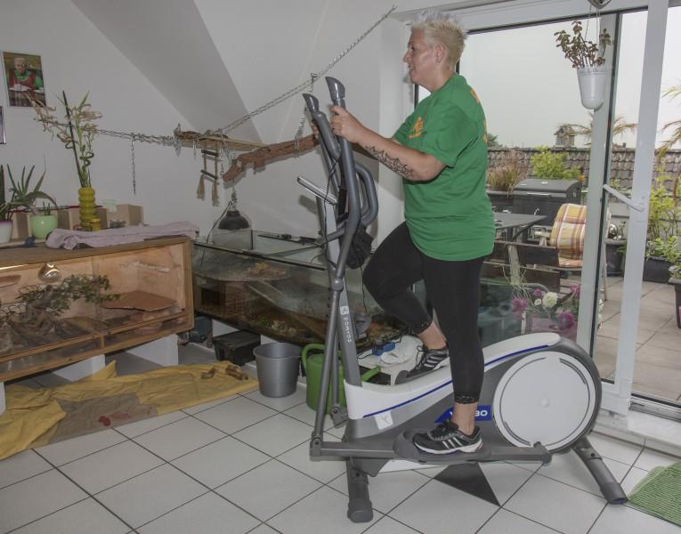 Ihr persönliches Erfolgsrezept: Auf die Ernährung achten und viel Sport. Diäten lehnt Sandy Ritter ab. Täglich steigt sie auf ihren Crosstrainer in ihrer Wohnung, um sich fit zu halten. (Foto: Peter Gräber)