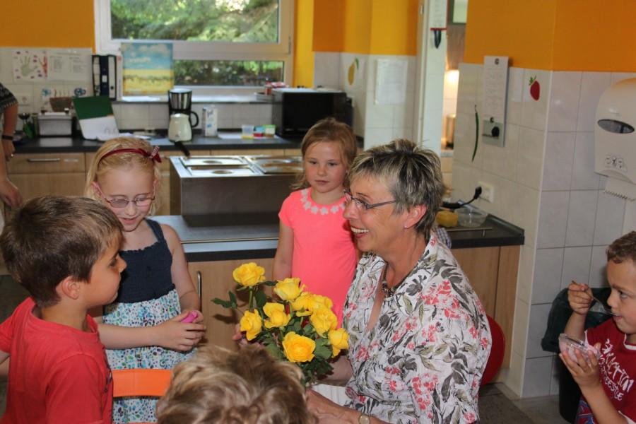 Bürgermeisterin Ulrie Drossel beui ihrem Besuch in der Küche der OGS der Dudenrothschule. (Foto: privat)
