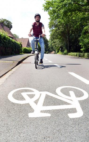 Auf dem gestrichelt abgetrennten Schutzstreifen fahren im Regelfall Radfahrer. Autos dürfen hier im Ausnahmefall (z.B. Begegnungsverkehr) aber auch fahren. (Foto: B. Kalle – Kreis Unna)