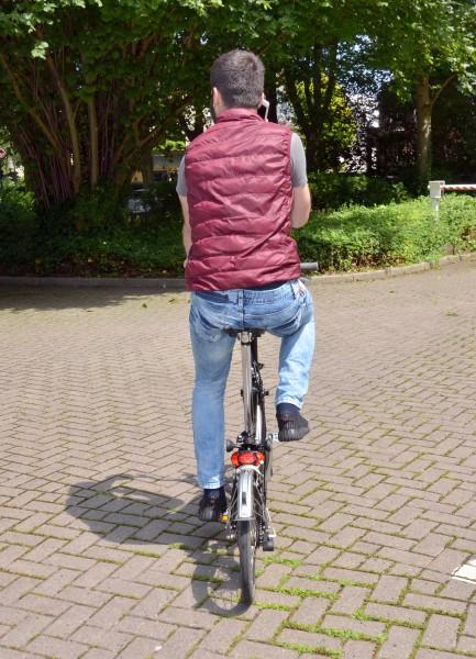 So nicht: Die Hände gehören beim Radfahren an den Lenker – deshalb ist das Telefonieren dabei verboten. (Foto: B. Kalle – Kreis Unna)
