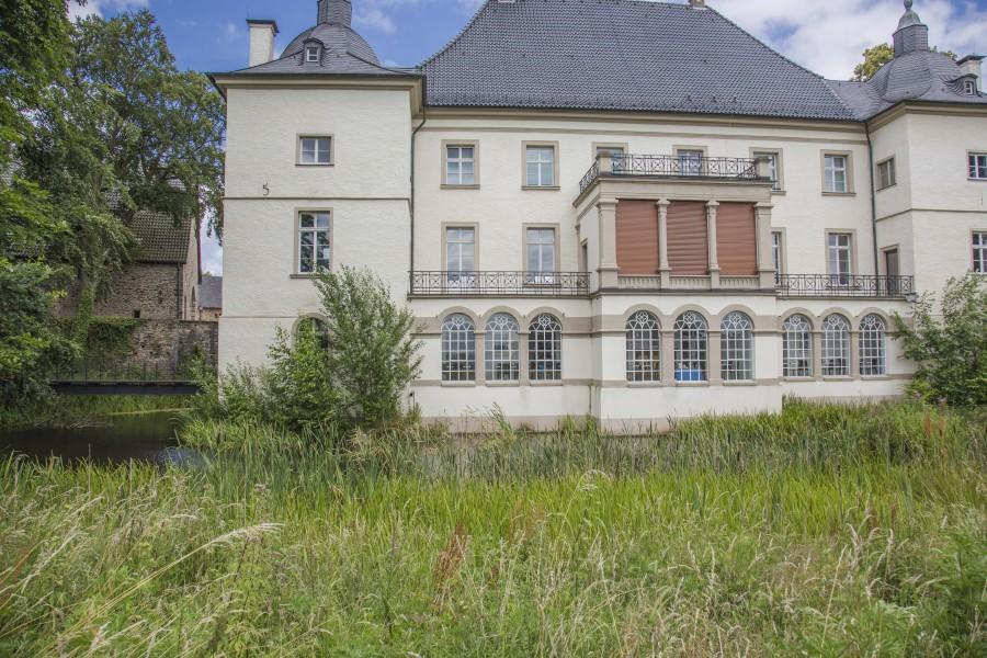 Am linken Seitenflügel von Haus Opnherdicke soll die terrasse für die Außengastronomie entstehen, Der Zugang erfolgt barrierefrei durch das Kulturcafé über das Fenster ganz lionks. (Foto: peter Gräber)