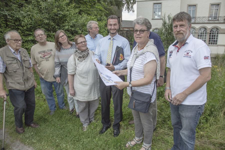 Dr. Thomas Wilk mit Vertretern des Historischen Vereins und Holzwickeder Bürfger beim Ortsterrmin im Juli am Haus Opherdicke. (Foto: P. Gräber)