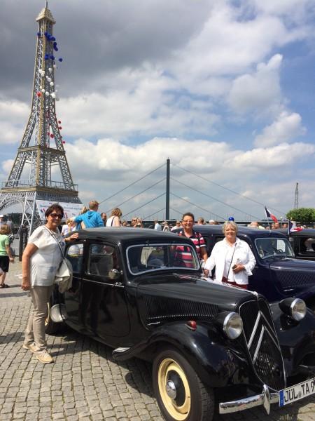 Auch ein Nachbau des Eiffelturms und viele französische Oldtimer konnten auf dem Düsseldorfer Frankreichfest bewundert werden. (Foto privat)