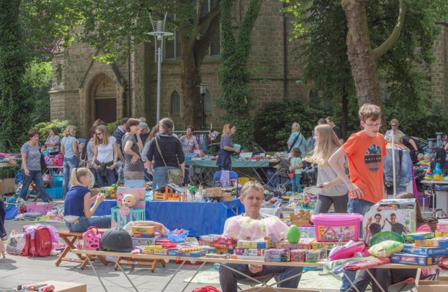 Der Marktplatz war zur Eröffnjung des Ferienspasses heute mit einem Kindertrödelmarkt gut gefüllt. (Foto: Peter Gräber)
