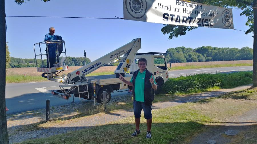 """Das Banner für die 18. RTF """"Rund um Haus Opherdicke"""" ist heute von Heinz Schön uns einen Helfern  Organisatoren im Eingangsbereich von Haus Opherdicke aufgehängt wordenm. (Foto: privat)"""
