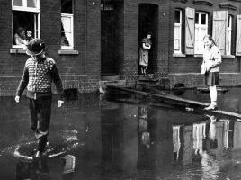 Ohne die Flussmanager und das Hochwasserrückhaltebecken, würde es in Holzwickede nach Starkregen wieder so aussehen: Hochwasser nach einem Gewitterregen. (Foto: Archiv Emschergenossenschaft)