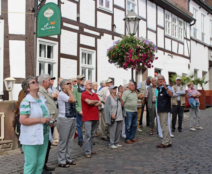 In zwei Grußppen wurden die Teiolnehmer des Jahresausfluges des Trägervereins von einem sachkundigen Führer durch Höxter geleitet. (Foto: privat)