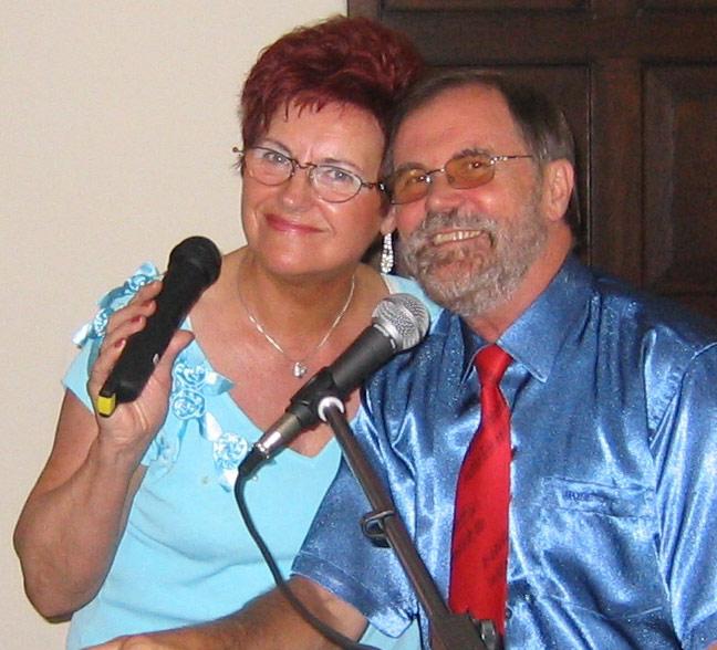 Das Duo Erika & Franz singen beim bunten Nachmittag in der Nordschule für die Senioren. (Foto: privat)