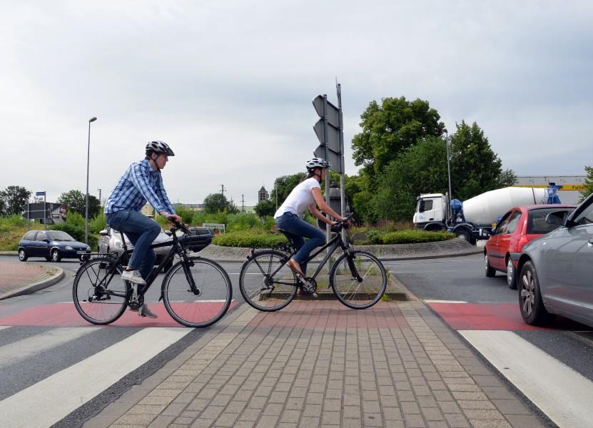 In diesem Kreisel haben Radfahrer Vorfahrt. Achtsamkeit ist jedoch angezeigt – besonders, wenn wie hier, Autofahrer bis auf den rot markierten Radweg fahren. Foto: B. Kalle – Kreis Unna