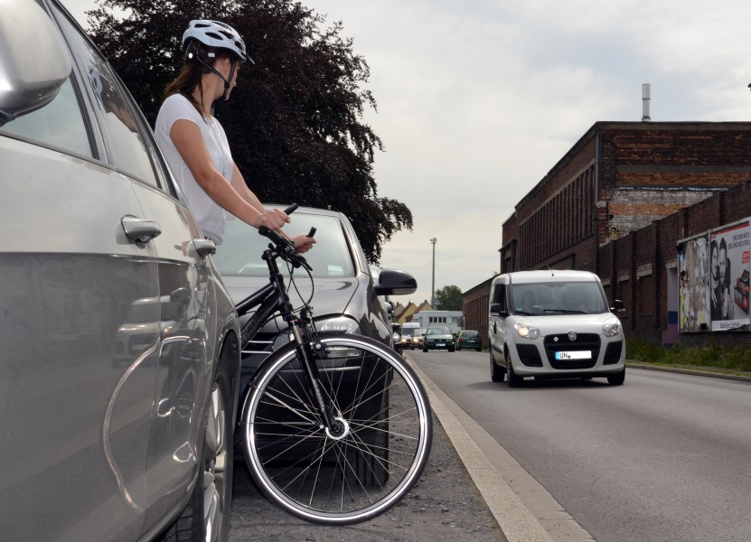Nicht optimal: Wer die Straße queren möchte, sollte sich eine bessere Ausgangsposition suchen als zwischen parkenden Autos. (Foto: B. Kalle – Kreis Unna)