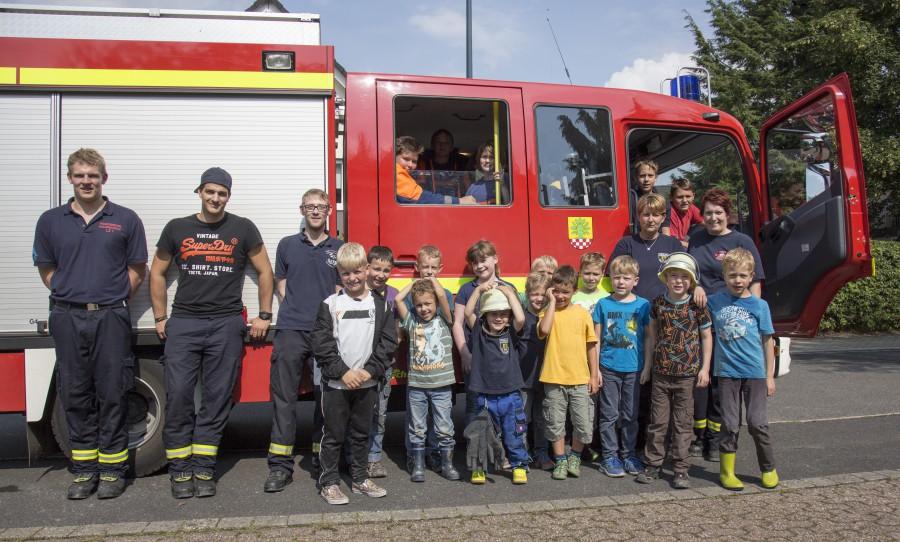 Einen aufregenden Ferientag verbrachten heute 15 Kinder aus Holzwickede mit der Jugendfeuerwehr. (Foto: Peter Gräber)