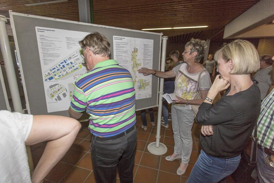 Anhand von Schautafeln konnten sich die Bürger, hier mit Büprgermeristerin Ulrike Drossel (2.v.r.), informieren und auch Fragen stellen. (Foto: P. Gräber)