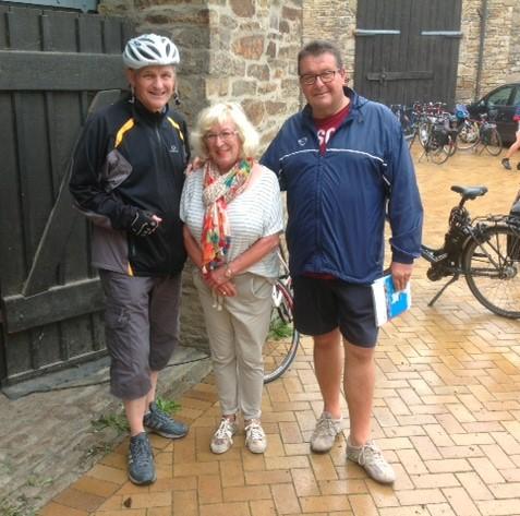Landrat Michael Makiolla (l.) mit Hanne und Heinz Schön am Start/Ziel in Opherdicke. (Foto: privat)