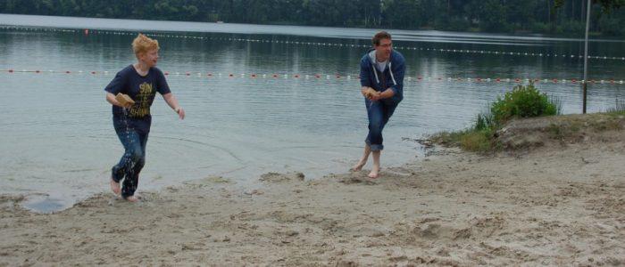 Spaß bei der Strand-Olympiade: Seewasser sammeln mit dem Schwamm. (Foto: privat)