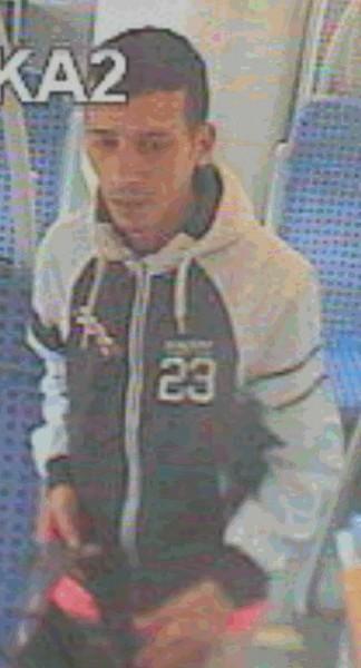 Die Polizei fragt: Wer kennt diesen Mann, der verdächtigt wird, im RE eine Frau ausgeraubt z haben. (Foto: Polizei)