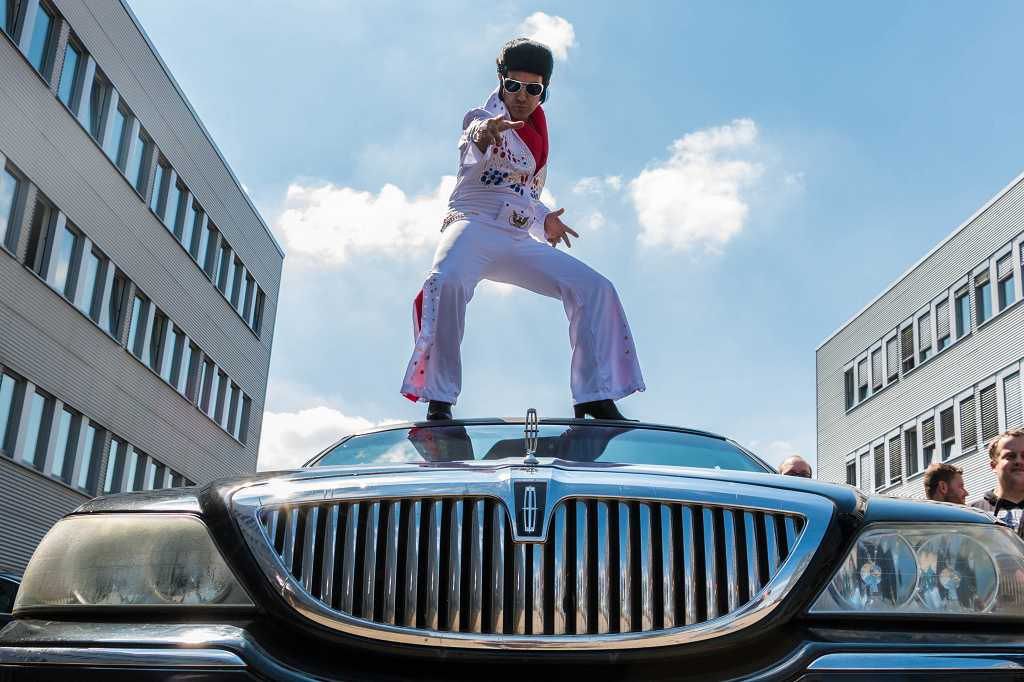 Ein Elvis Presley-Double (UNIQ-Kollege Jorge) verkündete die Kracher-News: Das ganze Team fliegt bald wirklich nach Las Vegas! Im Frühjahr 2017 wird es soweit sein! (Foto: UNIQ)