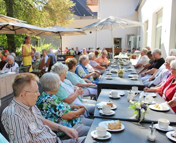 Die stellvertretende Bürgermeisterin Monika Moelle begrüßte die Gäste aus Voerde beim gemeinsamen Kaffeetrinken in den Schloßstuben. (Foto: privat)