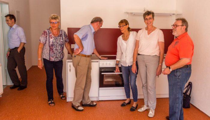 Ausschussmitglieder besichtigen eine der kleinen Küchen, die sich in jeder Wohneinheit für maximal acht Personen befindet. (Foto: P. Gräber - Emscherblog.de)
