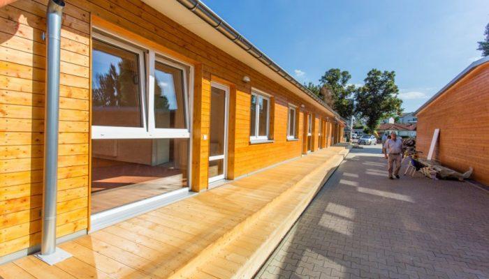 Insgesamt zehn Module mit Wohneinheiten für maximal acht Personen, einschließlich Büro für den Hausmeister, einem zentralen Aufenthaltsraum sowie einem Waschsalon umfasst die Notunterkunft an der Bahnhofstraße. (Foto: P. Gräber - Emscherblog.de)