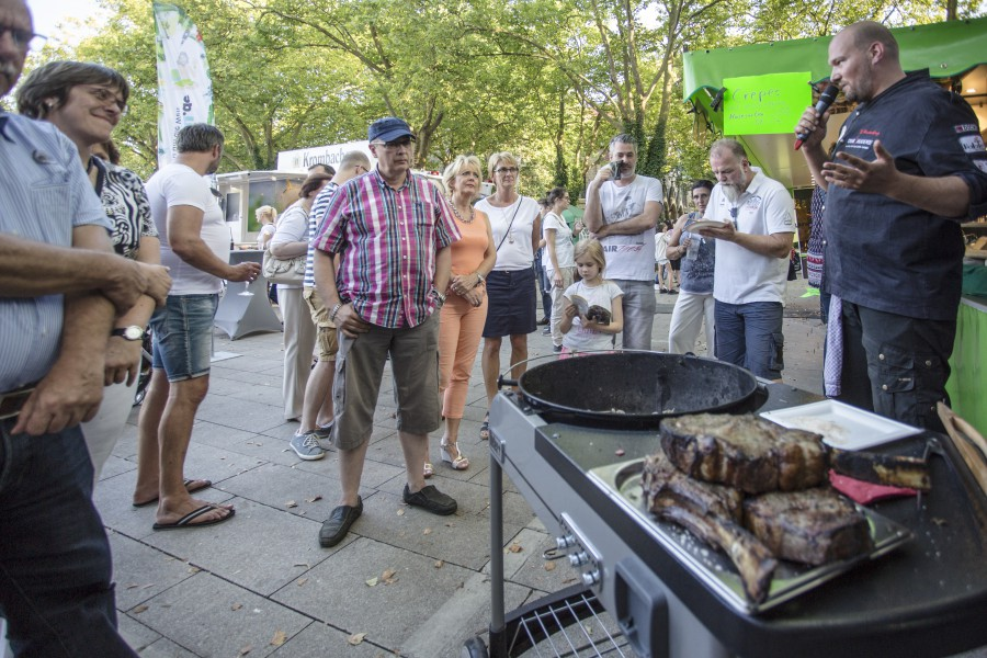 Fleisch ist sein Gemüse: Martin Hesterberg (r.) beim Showgrillen auf dem Streetfood Markt. (Foto: P. Gräber)