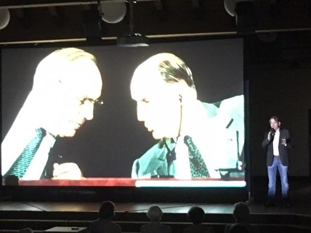 Ingo Espenschied (r-) bei seinem Vortrag am Mittwochabend im Forum. (Foto: privat)